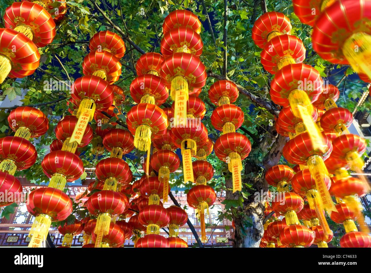 Yuyuan Bazaar lanternes suspendues dans la nuit de district, Shanghai, Chine Photo Stock
