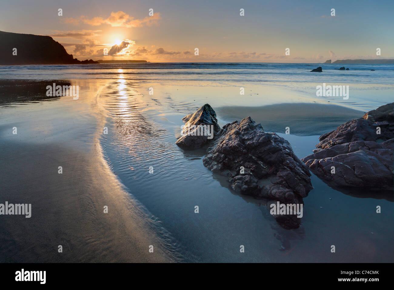Coucher de soleil sur Albion Sands à Pembrokeshire, Pays de Galles Photo Stock