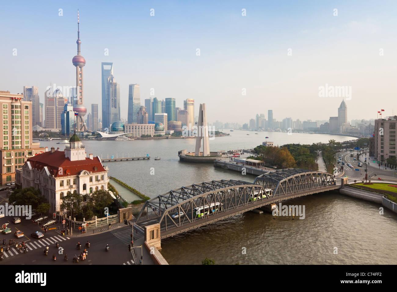 Nouvelle skyline Pudong pont Waibaidu (jardin) à la recherche de l'autre côté de la rivière Photo Stock