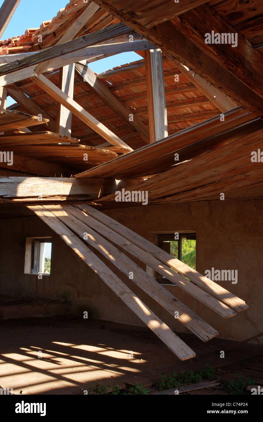 Toit en bois s'est effondré dans une maison abandonnée Photo Stock