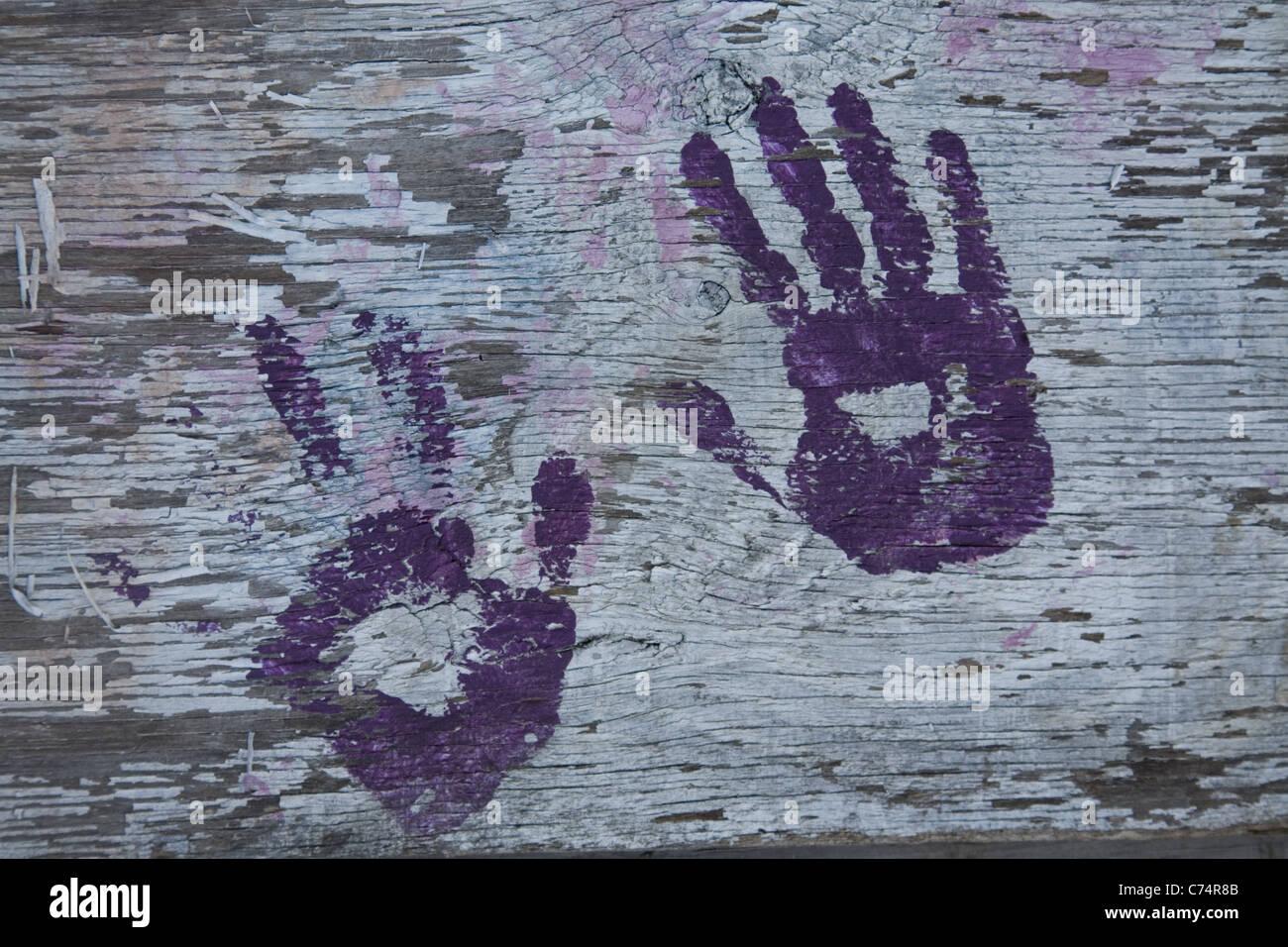 Pintes à la main sur un mur de contreplaqué sur un site de construction à Brooklyn, New York Photo Stock