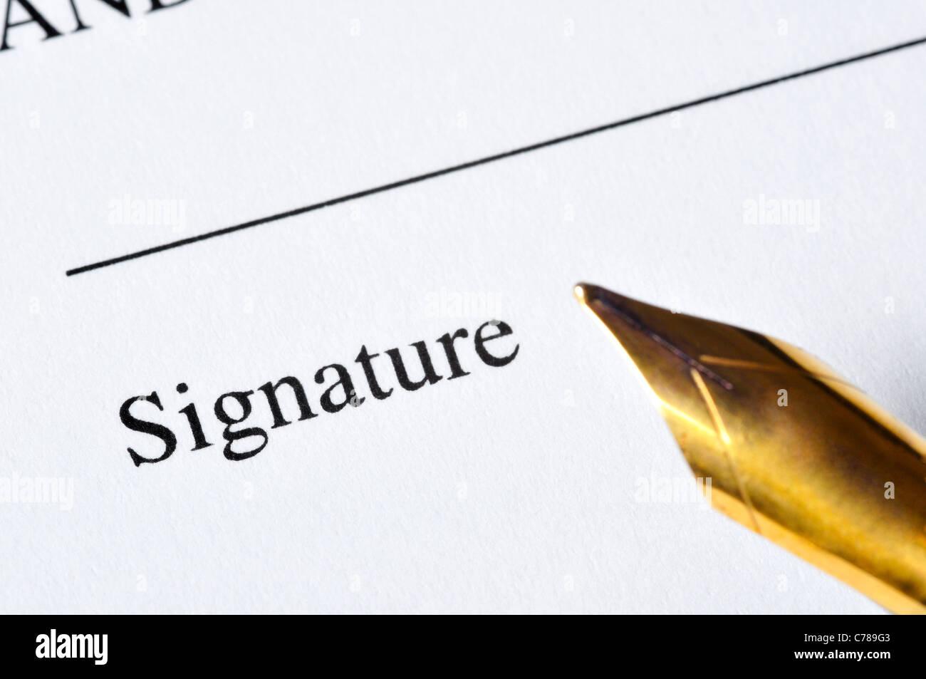 Un document prêt à être signé, avec un stylo par le côté Photo Stock