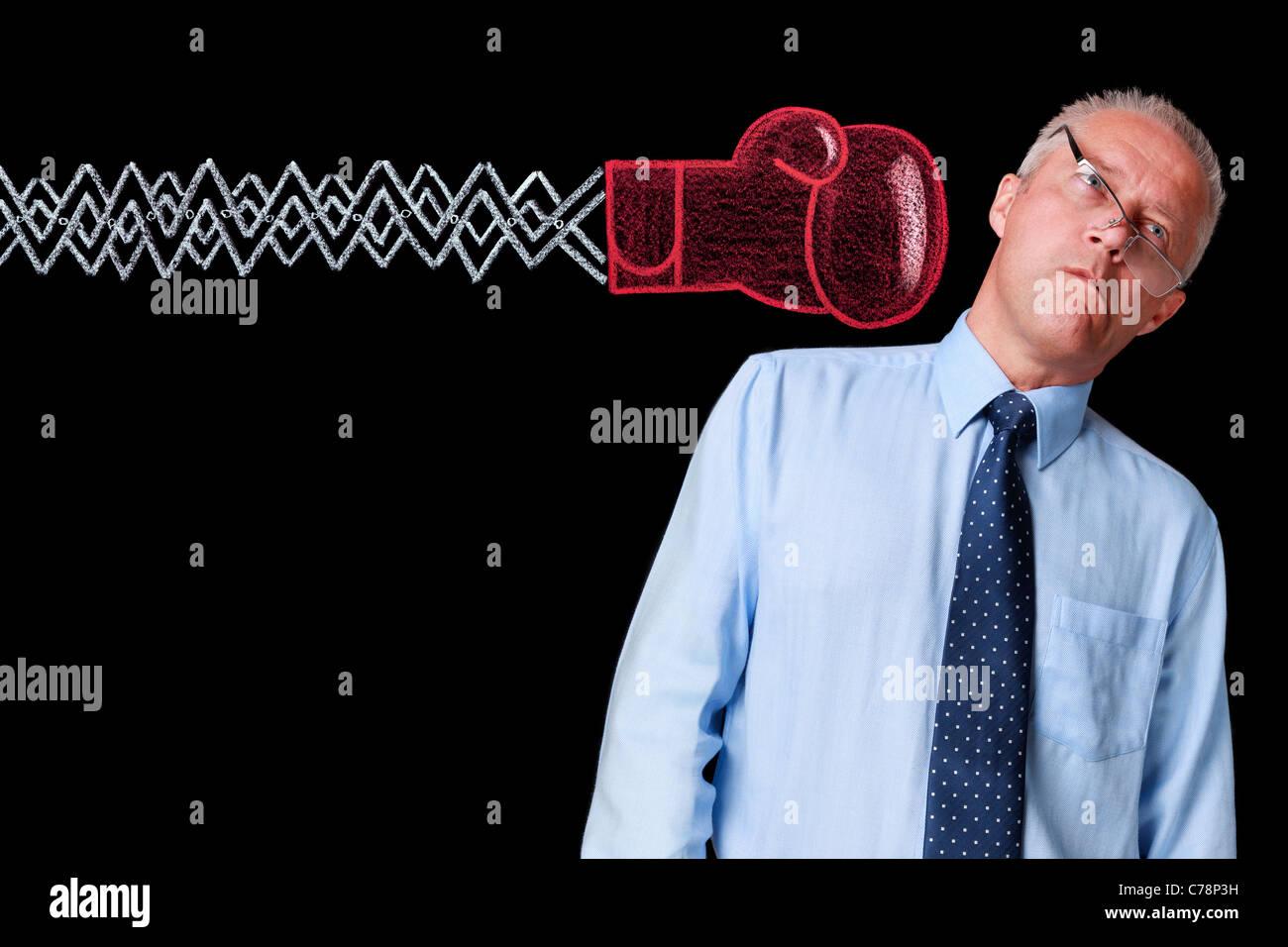 Photo d'un homme d'âge mûr sur un fond noir livré un coup de poing par un handrawn gant de Photo Stock