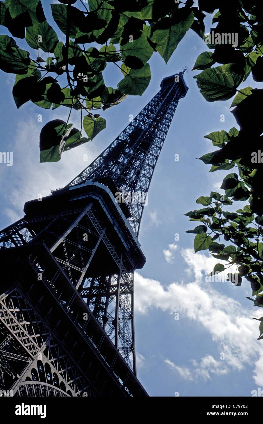 La Tour Eiffel est une icône conçu par son homonyme, Gustave Eiffel, érigée avec fer forgé pour une exposition internationale de 1889 à Paris, France. Banque D'Images