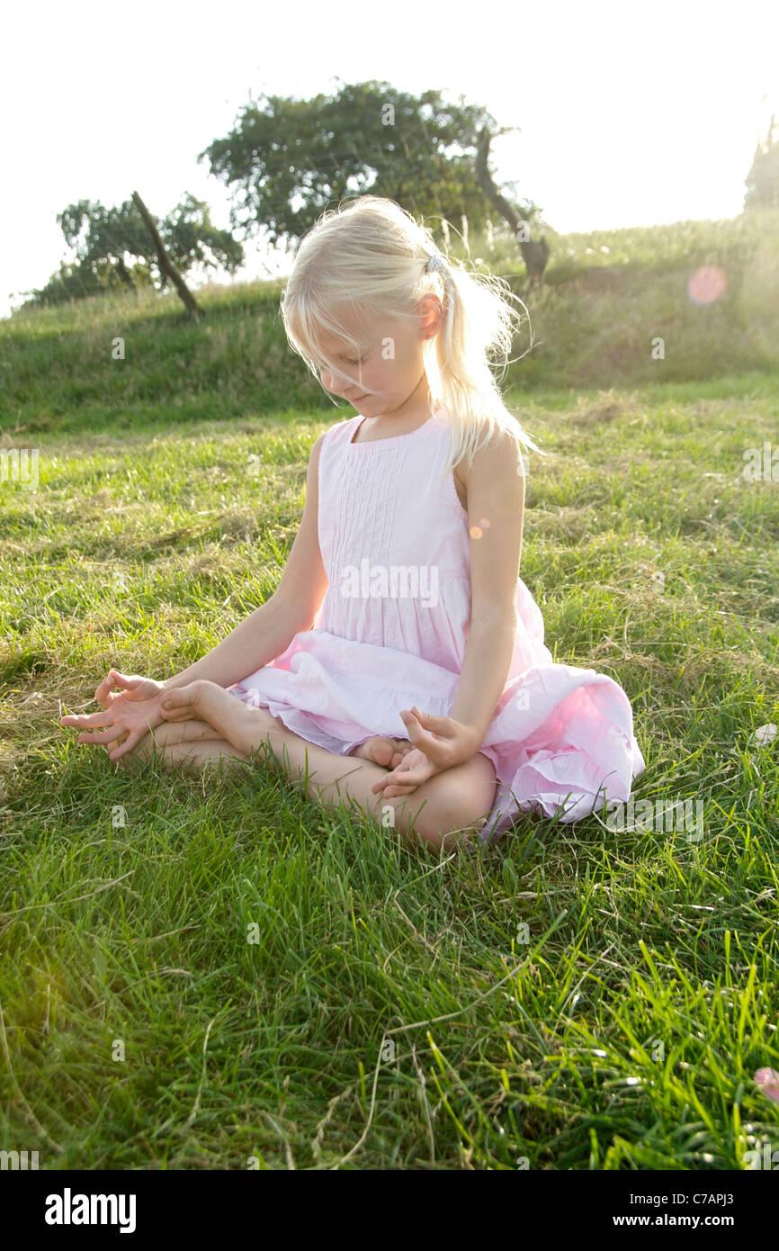 Portrait d'une jeune fille pratiquant le yoga en été, Eyendorf, Basse-Saxe, Allemagne, Europe Banque D'Images