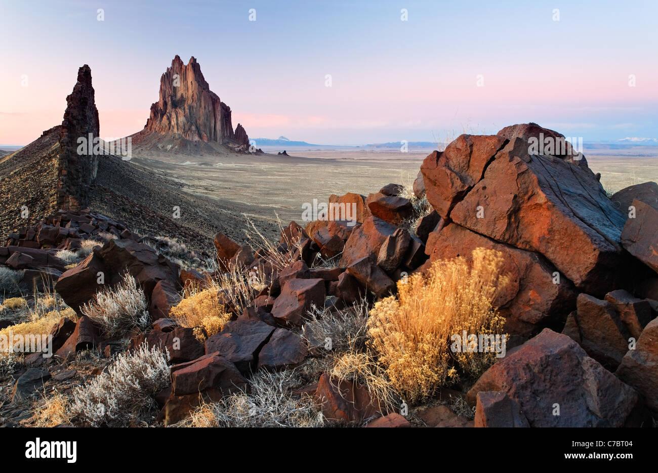 Rock Shiprock et black dyke Ridge, New Mexico, USA Banque D'Images