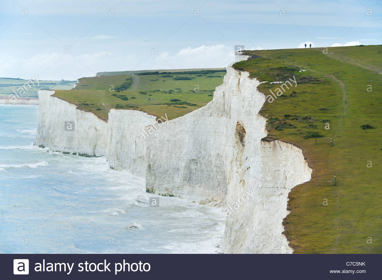 Les randonneurs au-dessus des falaises des sept Sœurs, le Parc National des South Downs, East Sussex, Angleterre. Photo Stock
