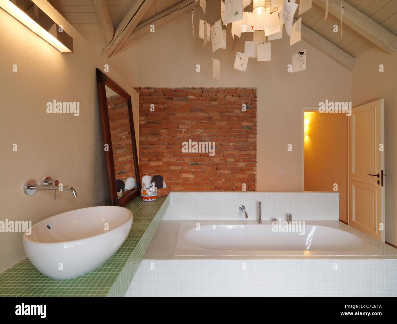 Salle De Bain Brique salle de bains moderne dans le grenier avec plafond en bois