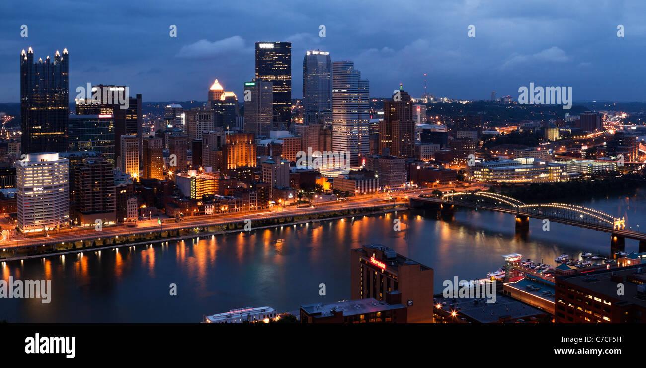 L'avis de Pittsburgh, Pennsylvanie depuis le mont Washington au crépuscule. Photo Stock