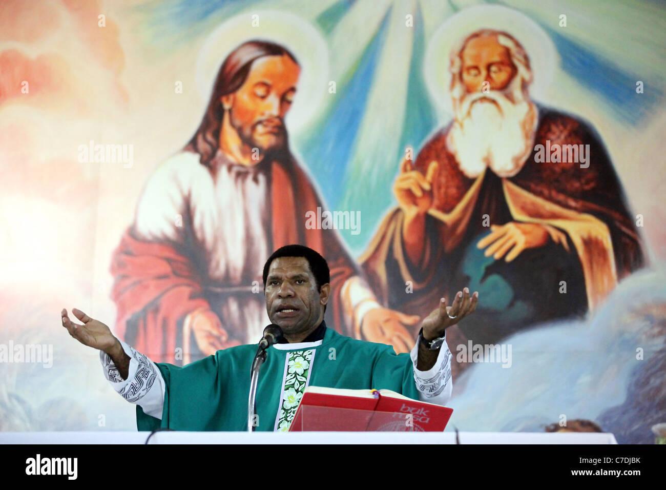 Prêtre catholique, la prédication de la bible à l'autel, la Papouasie-Nouvelle-Guinée Banque D'Images