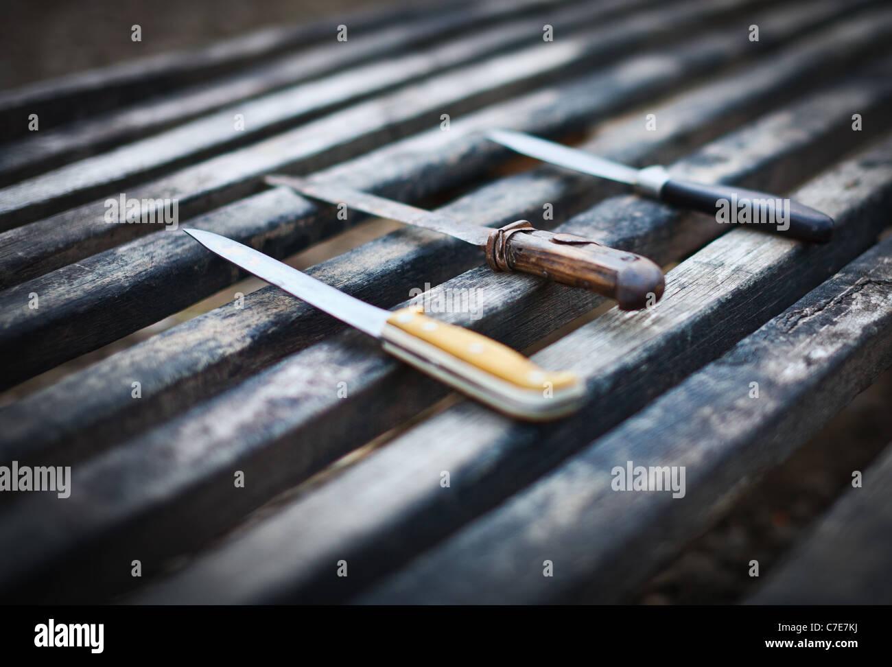 Vintage porté couteaux utilisés pour tuer porc traditionnel en Roumanie Photo Stock