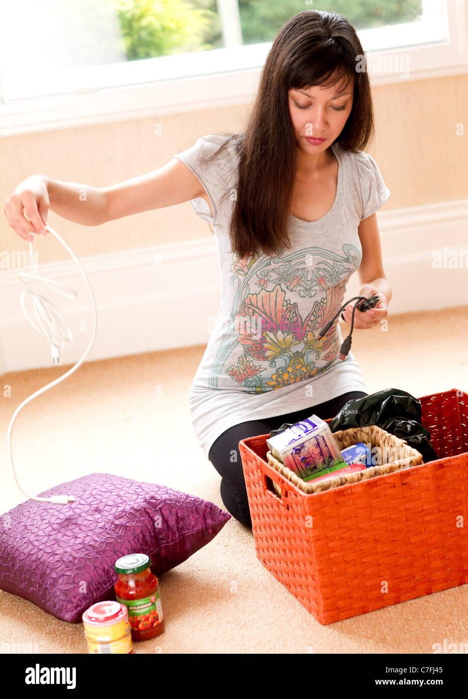 Le déballage des marchandises de fille Photo Stock
