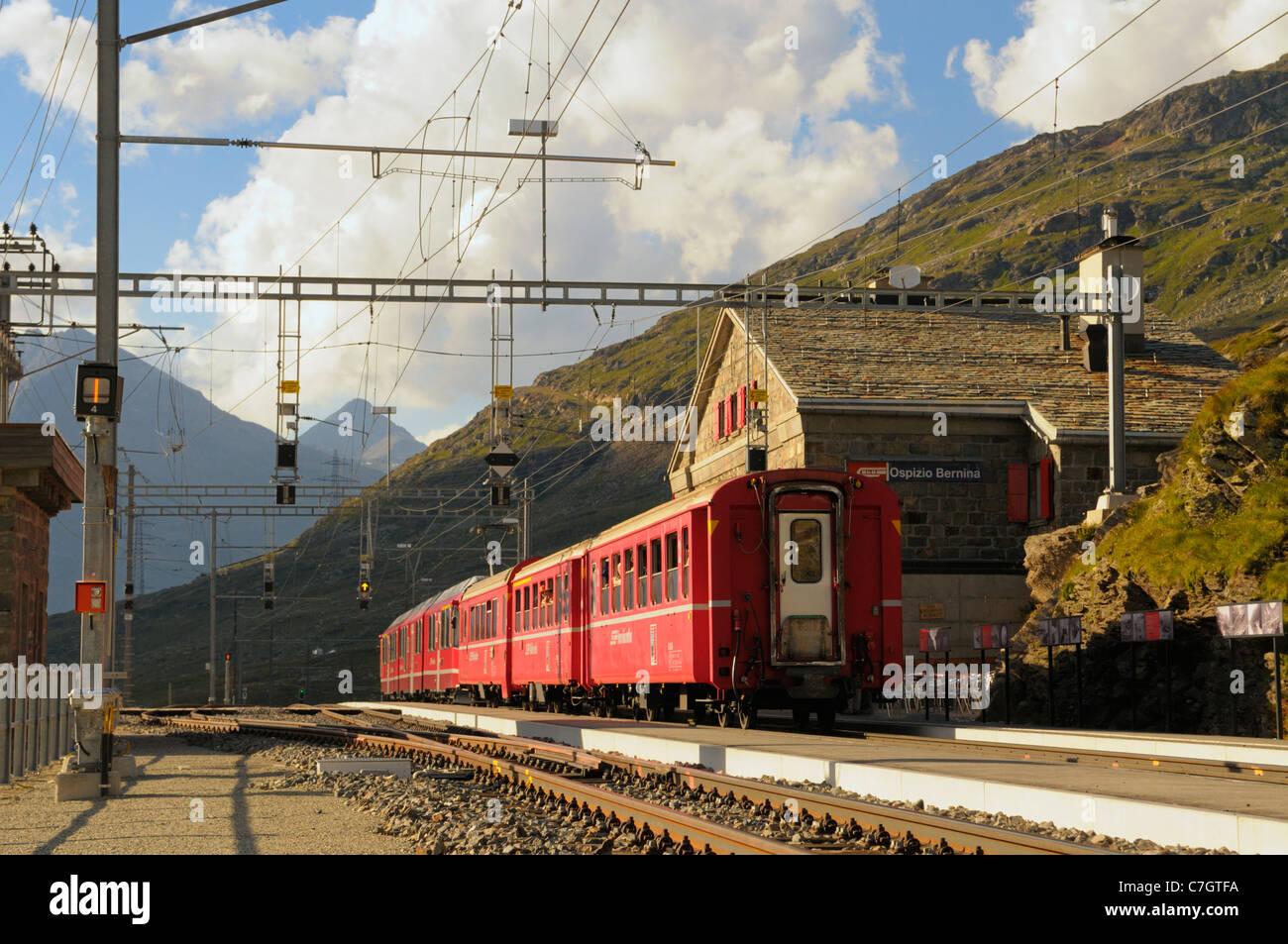 Former des Rhätische Bahn à Ospizio Bernina station du Berninapass. La Suisse, l'Europe de l'Ouest, Photo Stock