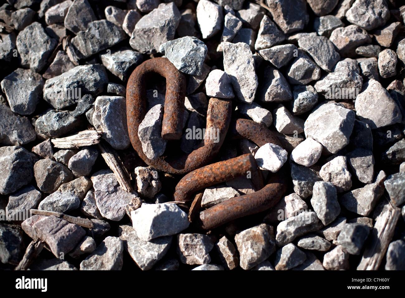 Chaîne rouillée liens intégrés dans des pierres sur le site d'une usine désaffectée Photo Stock