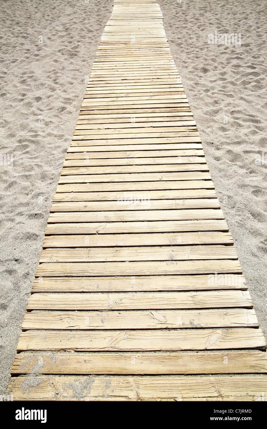 Perspective de chemin en bois à plage de sable Photo Stock