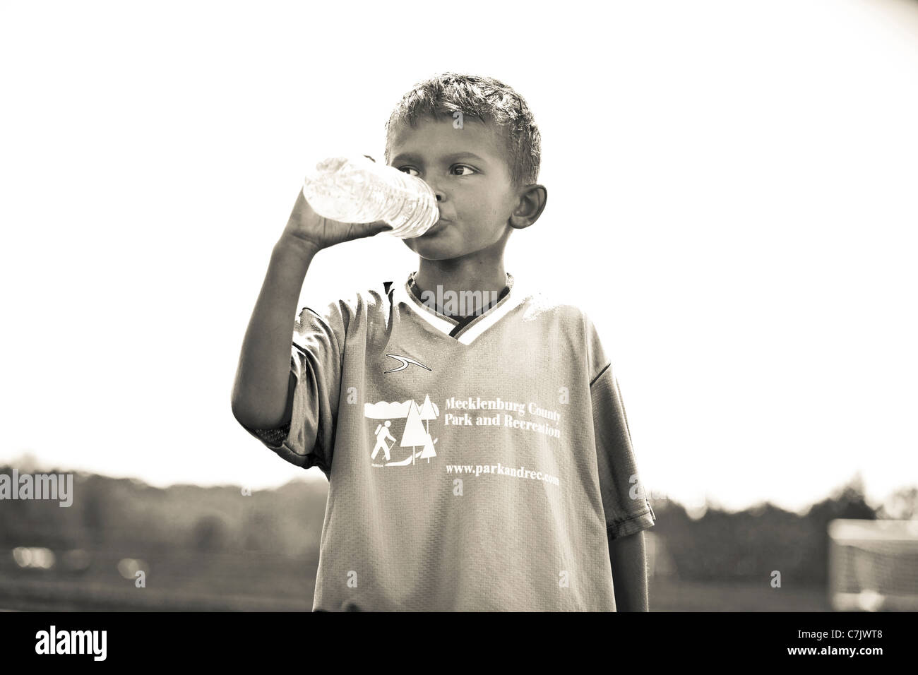 Portrait of boy drinking l'eau en bouteille Photo Stock