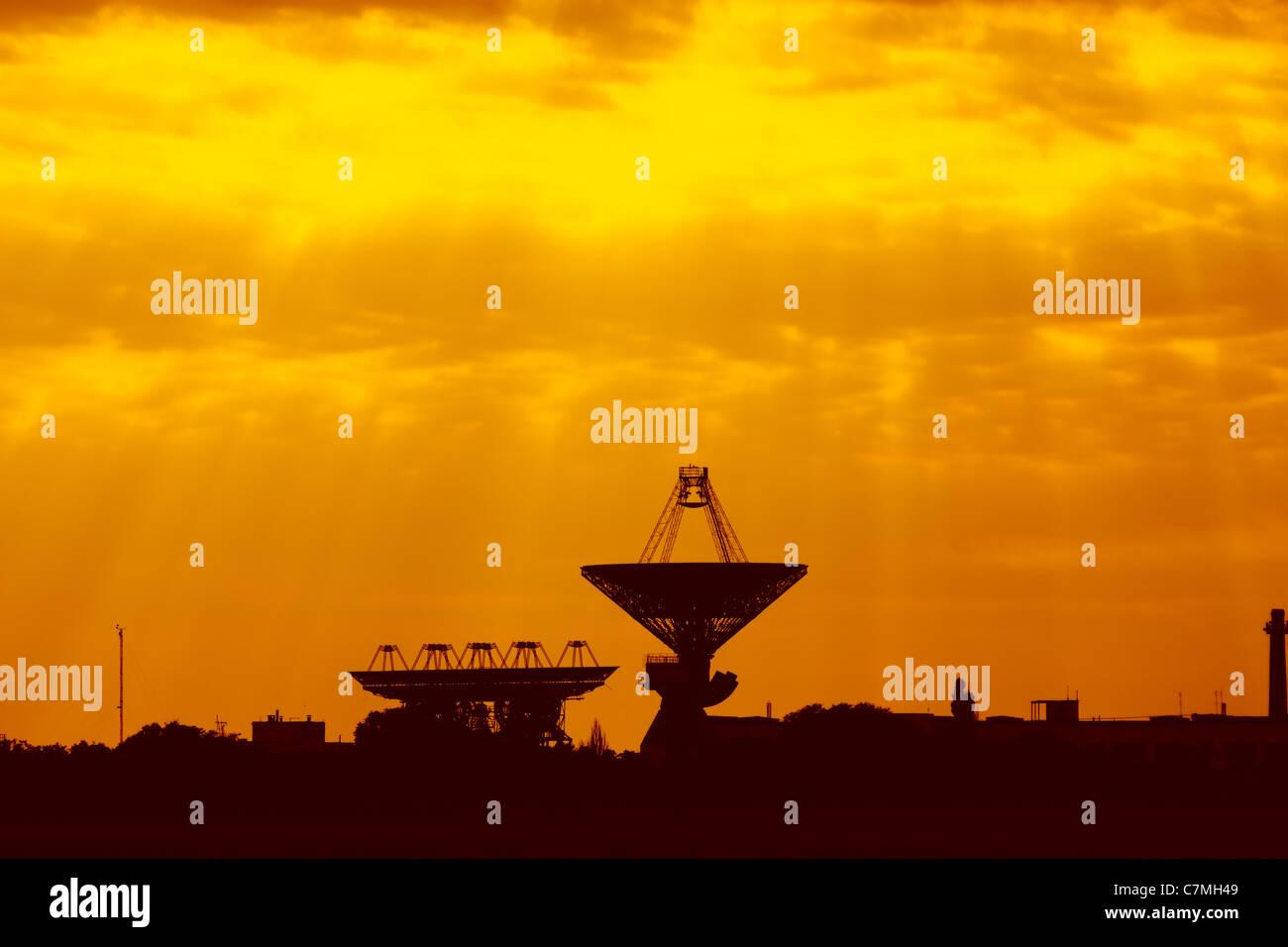 Antennes pour les communications spatiales au coucher du soleil. Centre spatial de l'Ukraine Photo Stock