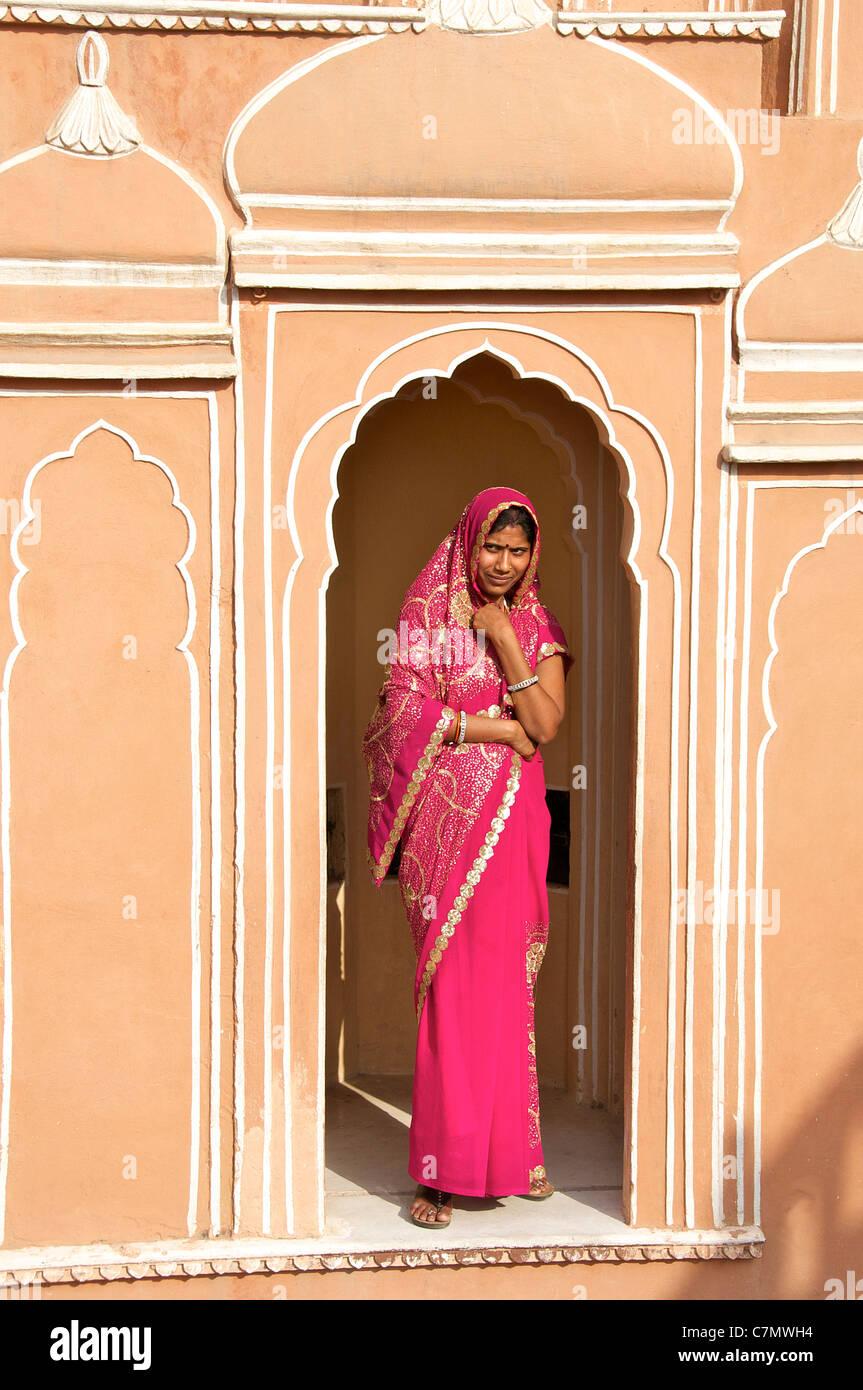 Femme en sari traditionnel debout dans l'intérieur de porte en arche Hawa Mahal ou Palais des Vents Jaipur Photo Stock