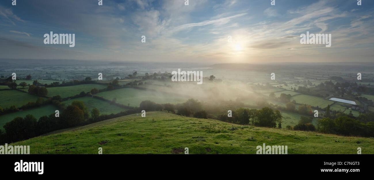 Le Somerset Levels de Glastonbury Tor, peu après le lever du soleil sur l'Équinoxe d'automne. Photo Stock