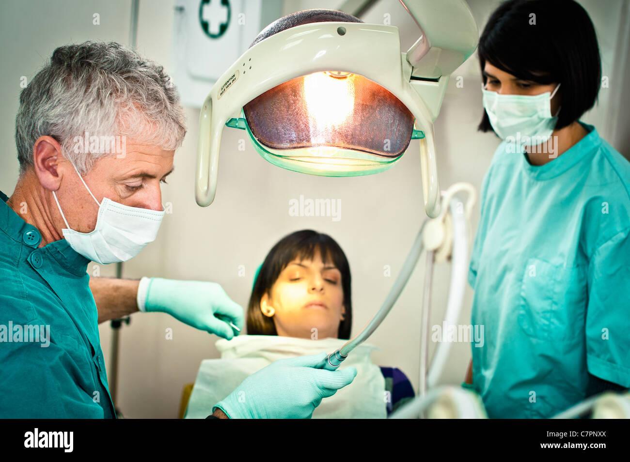 Dentiste et sous-working in office Photo Stock