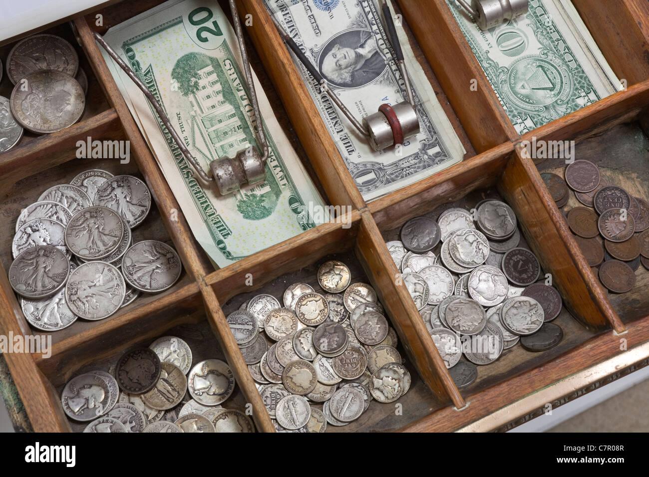 De l'argent avec de vieux tiroirs Vintage US coins des années 1930. Photo Stock