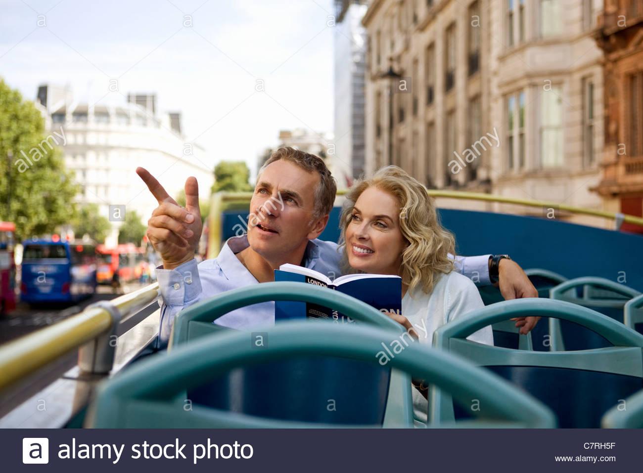 Un couple assis sur un bus de tourisme, à admirer la vue Photo Stock