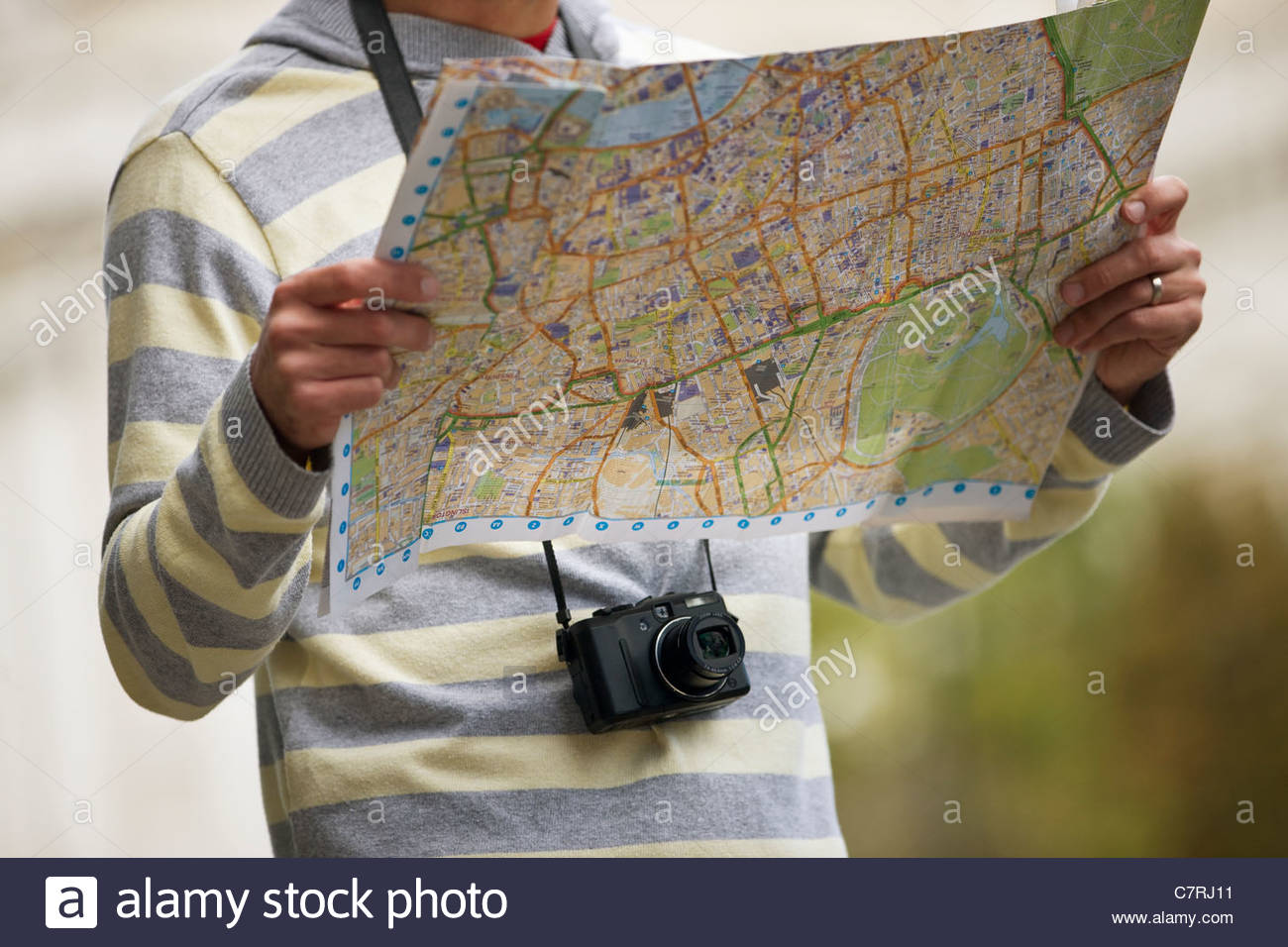 Une mid-adult man looking at a map Photo Stock