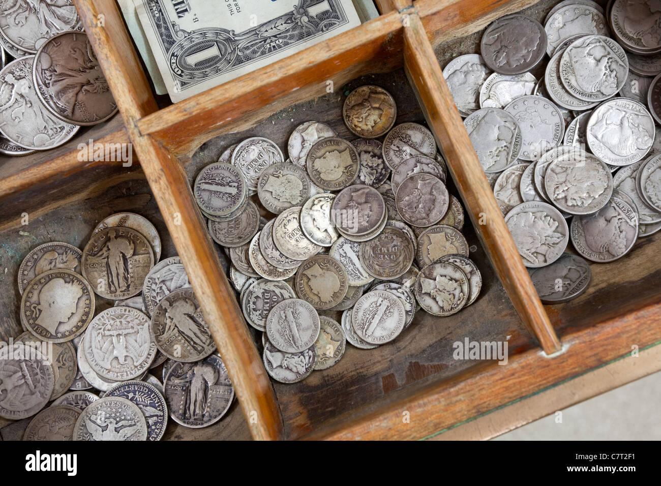Pièces Vintage à l'intérieur d'un vieux tiroir caisse. Photo Stock
