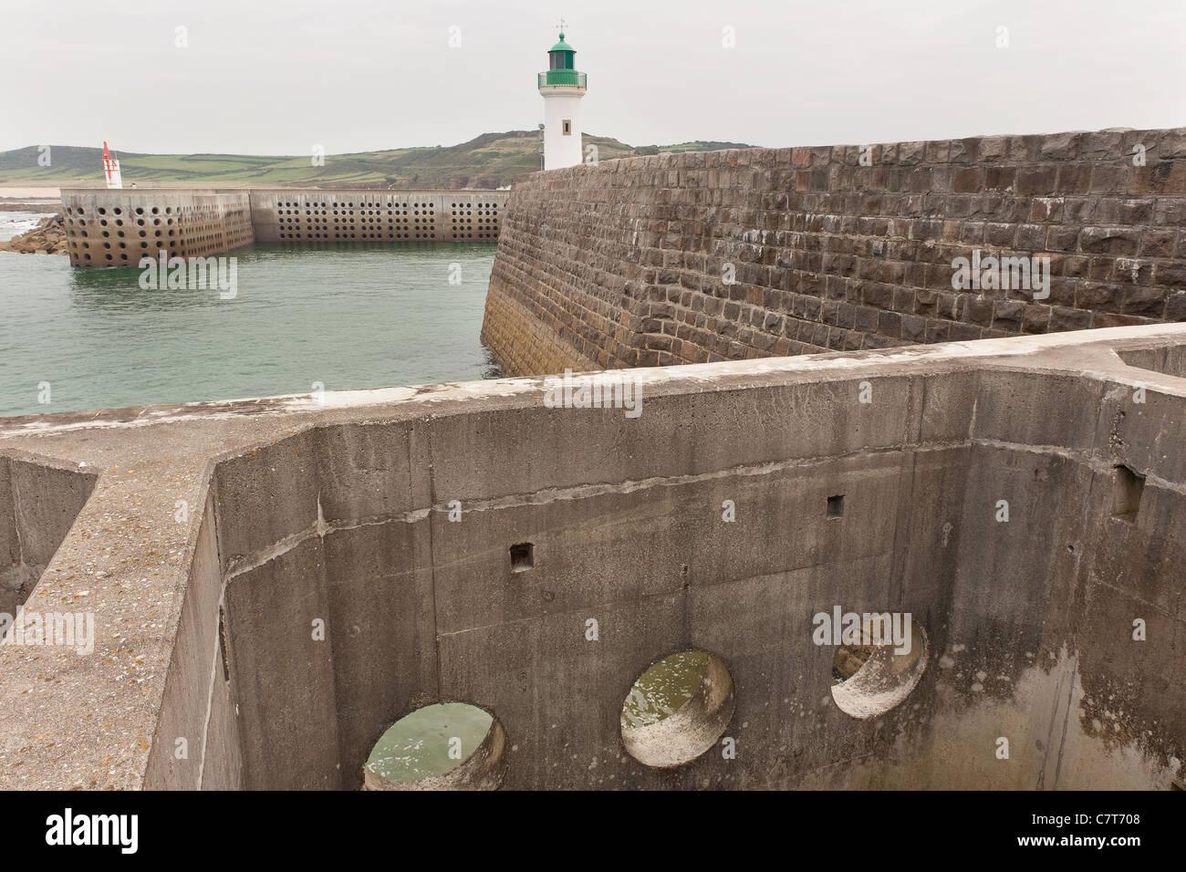 La défense de la mer de l'ingénierie à mur du port pour dissiper la férocité de l'océan Photo Stock