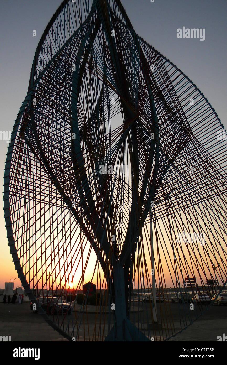 L'Arabie saoudite, Jeddah, la sculpture au coucher du soleil Photo Stock