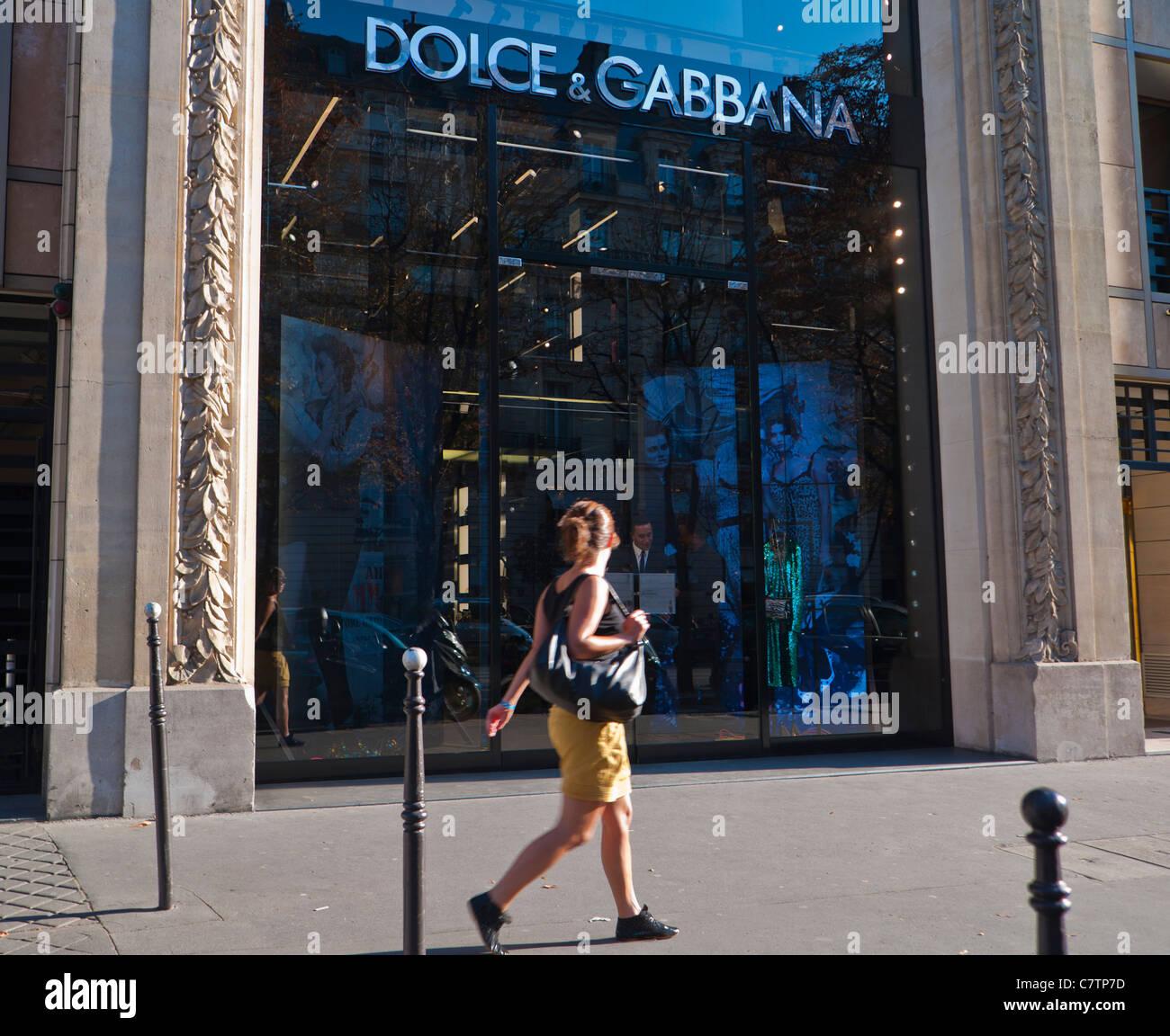Paris, France, femme marche , Magasin de vêtements, Dolce   Gabbana,  Shopping sur la rue principale, l Avenue Montaigne, Fenêtre avant boutique 91901e574f9f