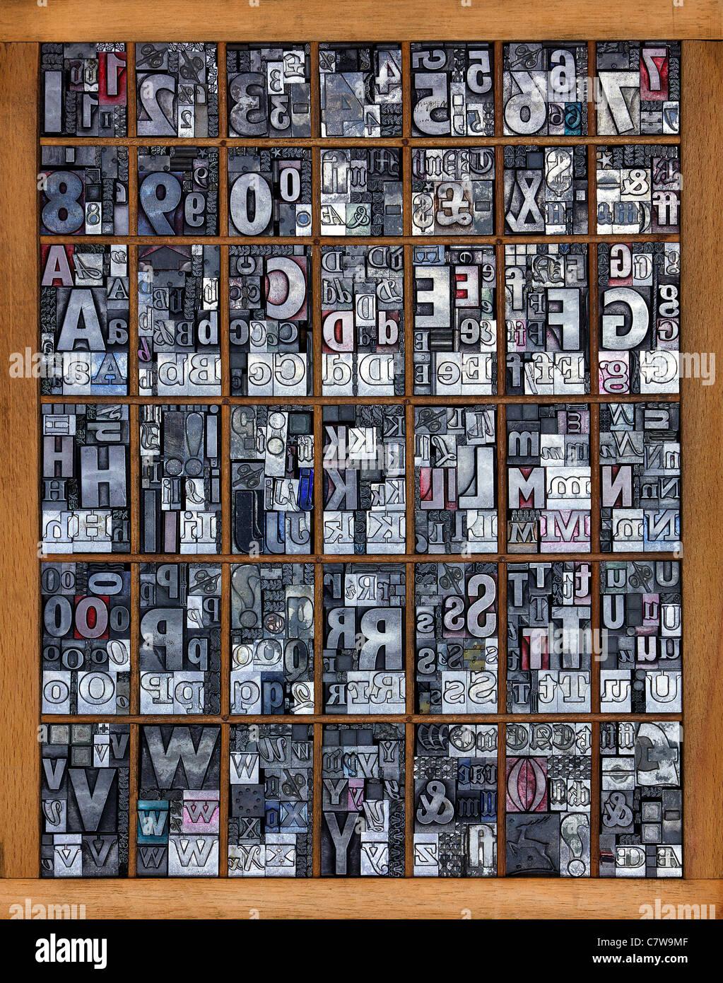 Photo d'un bac d'impression pleine de vieux métal utilisé en typographie, polices mixtes Photo Stock