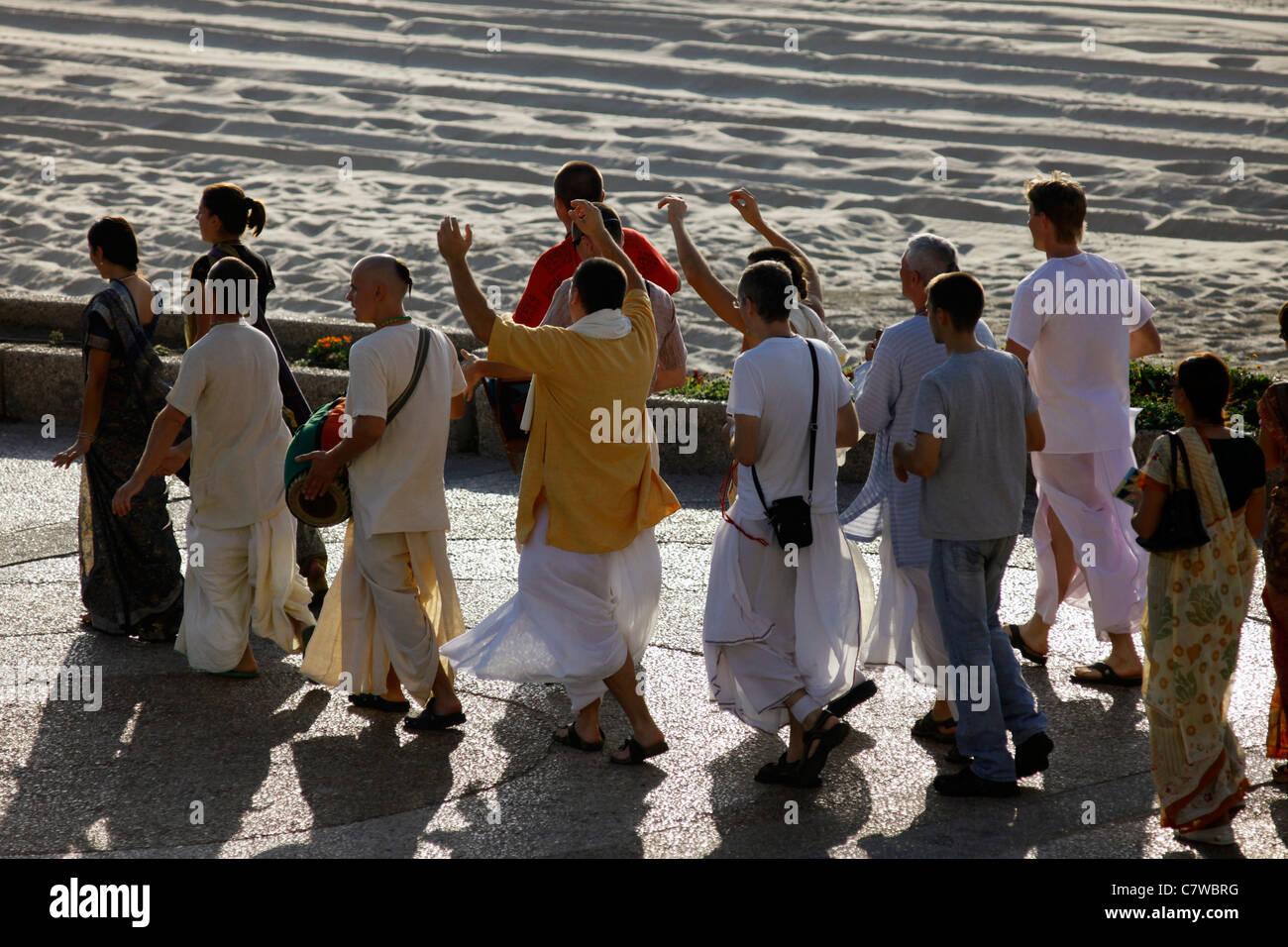 Chant de la rue de Hare Krishna par Harinamas le long de la promenade Herbert Samuel au littoral méditerranéen d'Israël Tel Aviv Banque D'Images