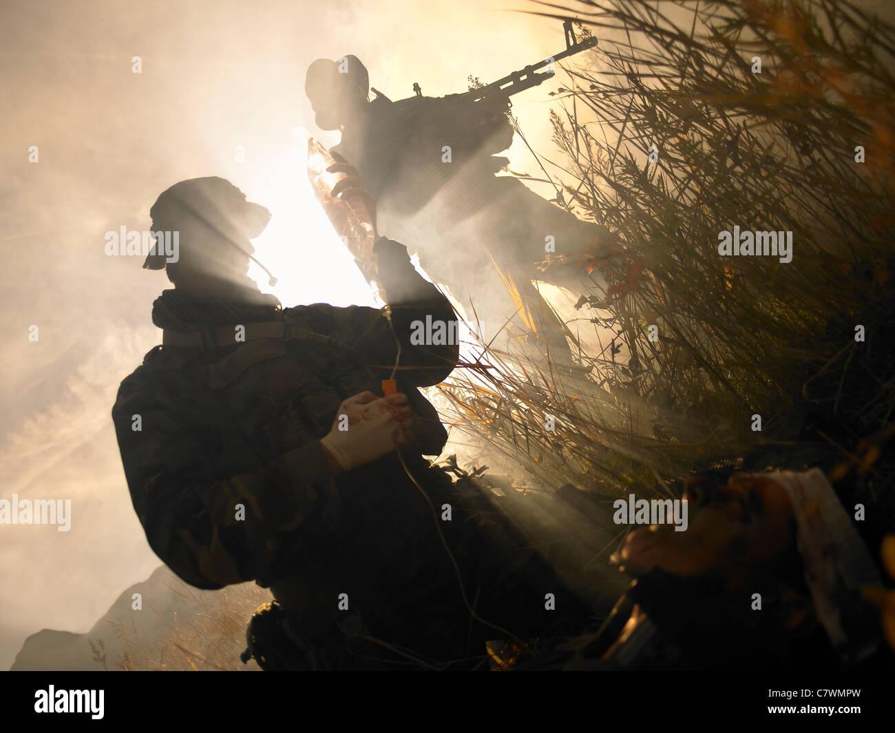 U.S. Navy SEALs les premiers soins à un soldat blessé. Photo Stock