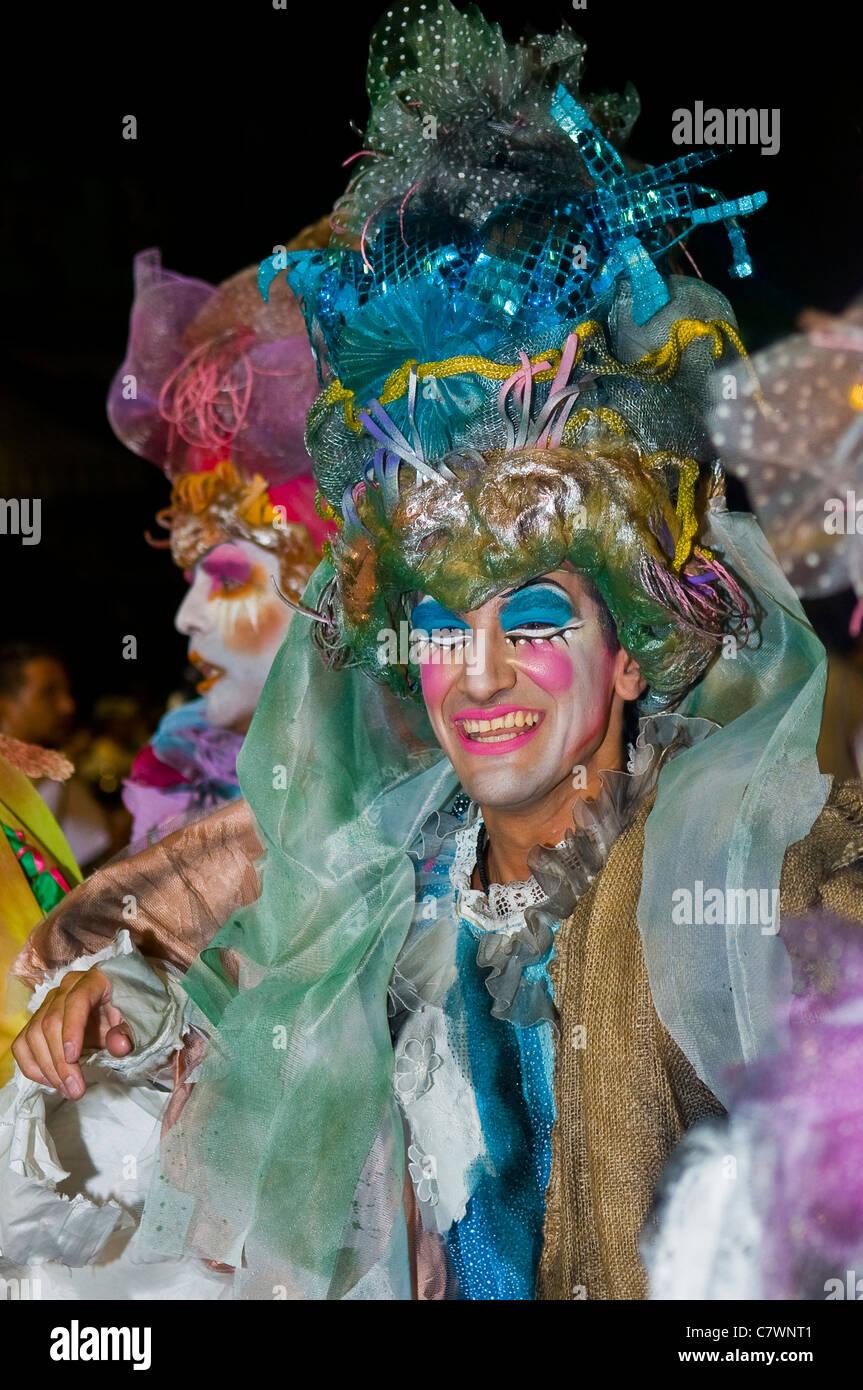 Carnaval costumé participant au festival national annuel de l'Uruguay, qui s'est tenue à Montevideo Photo Stock