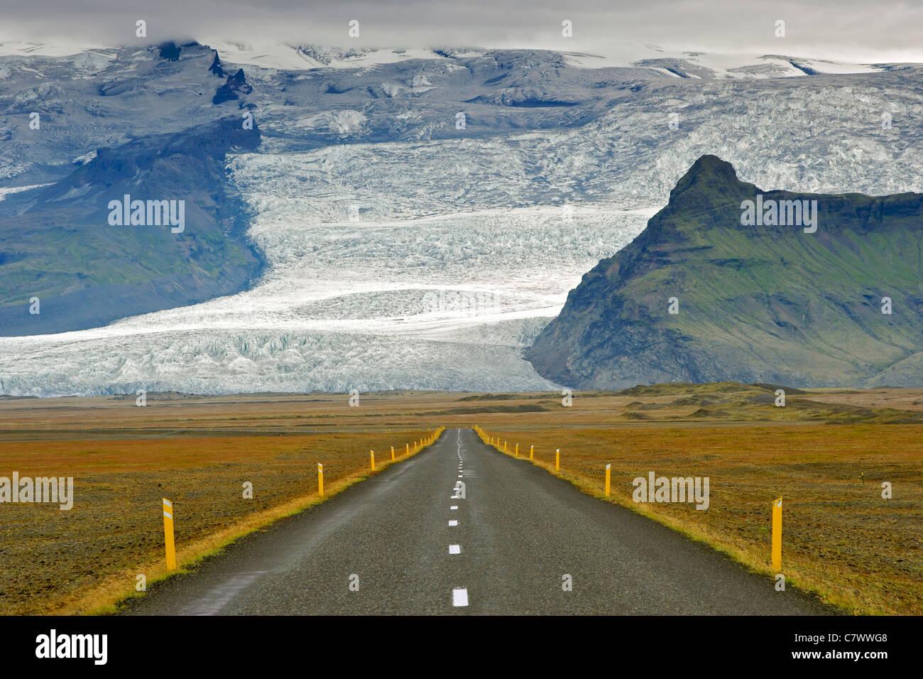 La rocade islandaise et les pentes de la plus haute montagne d'Islande Hvannadalshnúkur (2110m), une partie Photo Stock