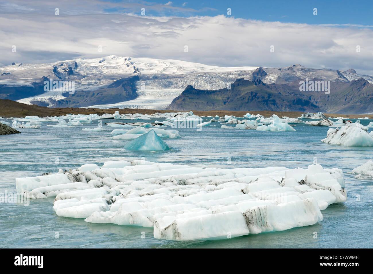 Les icebergs flottant dans le lac Jokullsarlon au pied de l'énorme glacier de Vatnajokull dans le sud-est Photo Stock
