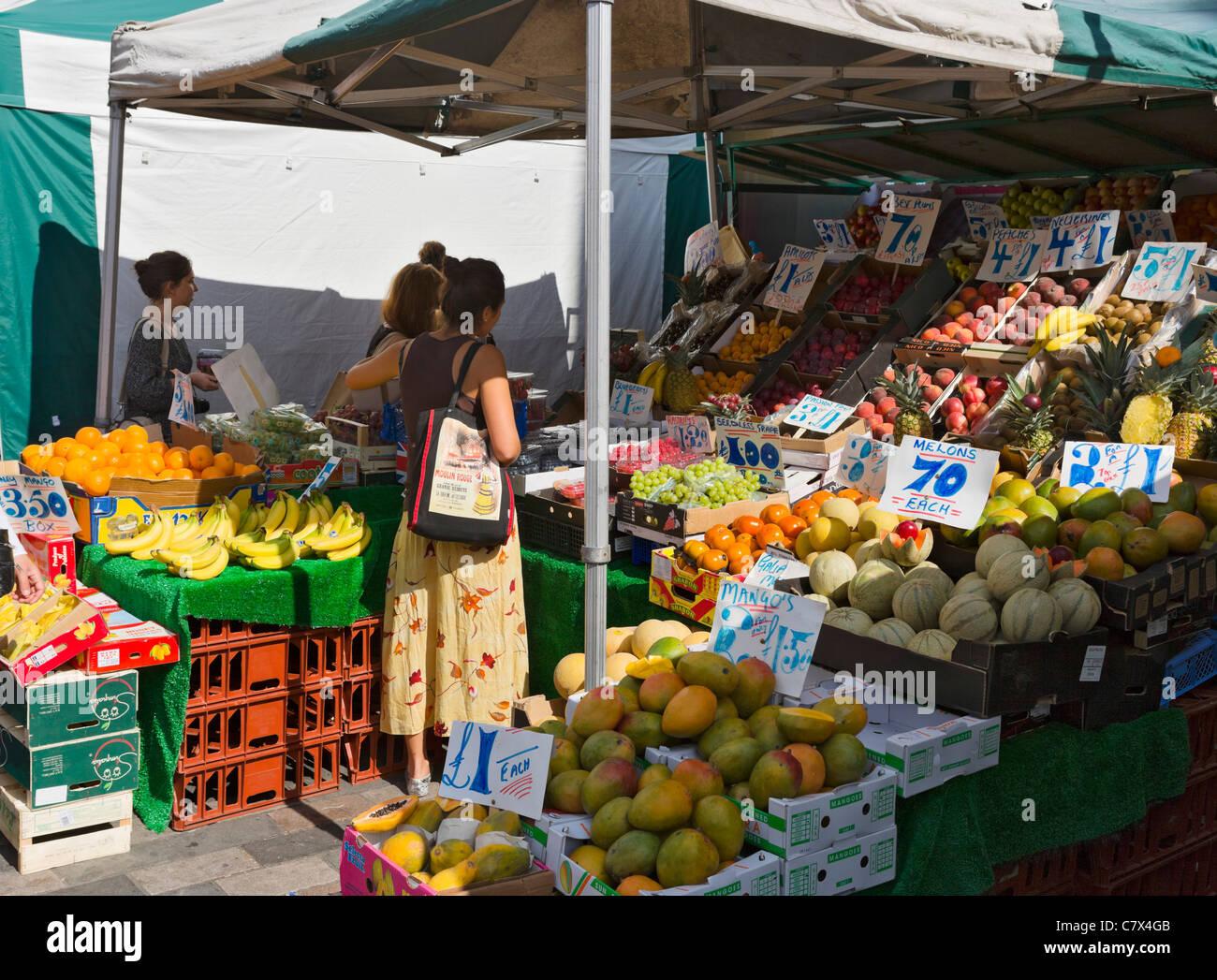 Étal de fruits à Inverness Street Market, Camden Town, au nord de Londres, Angleterre, RU Photo Stock