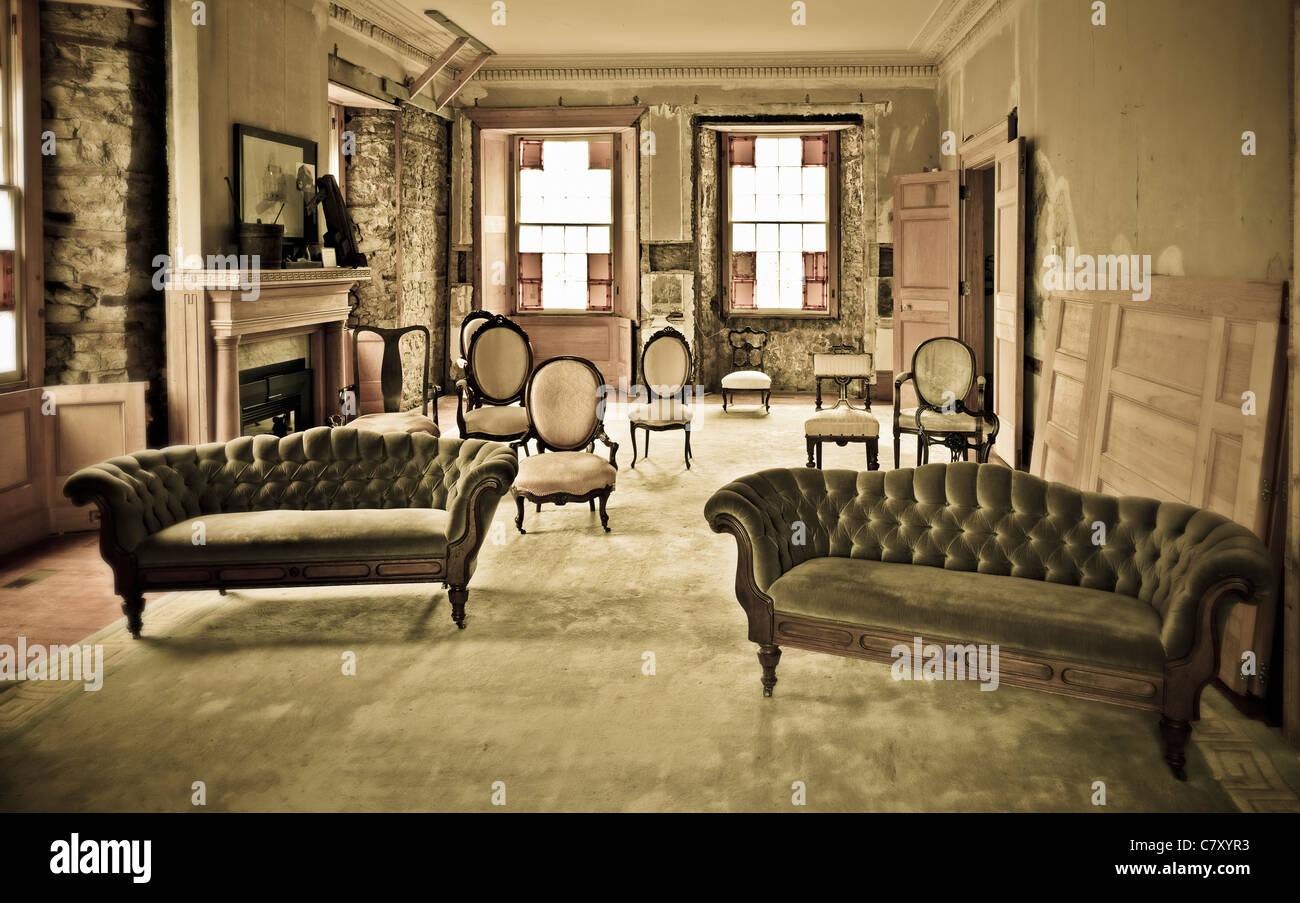 Une collection de chaises et sofas dans une course vers le bas prix Photo Stock