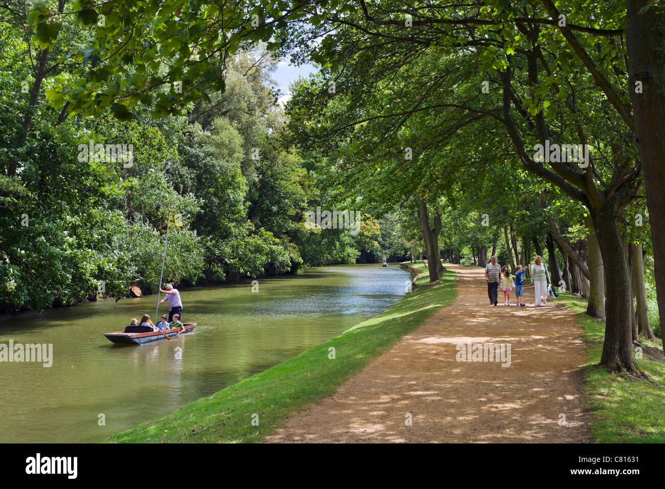 Barque sur la rivière Cherwell et marcher le long de ses rives près de Christ Church Meadow, Oxford, Oxfordshire, Photo Stock