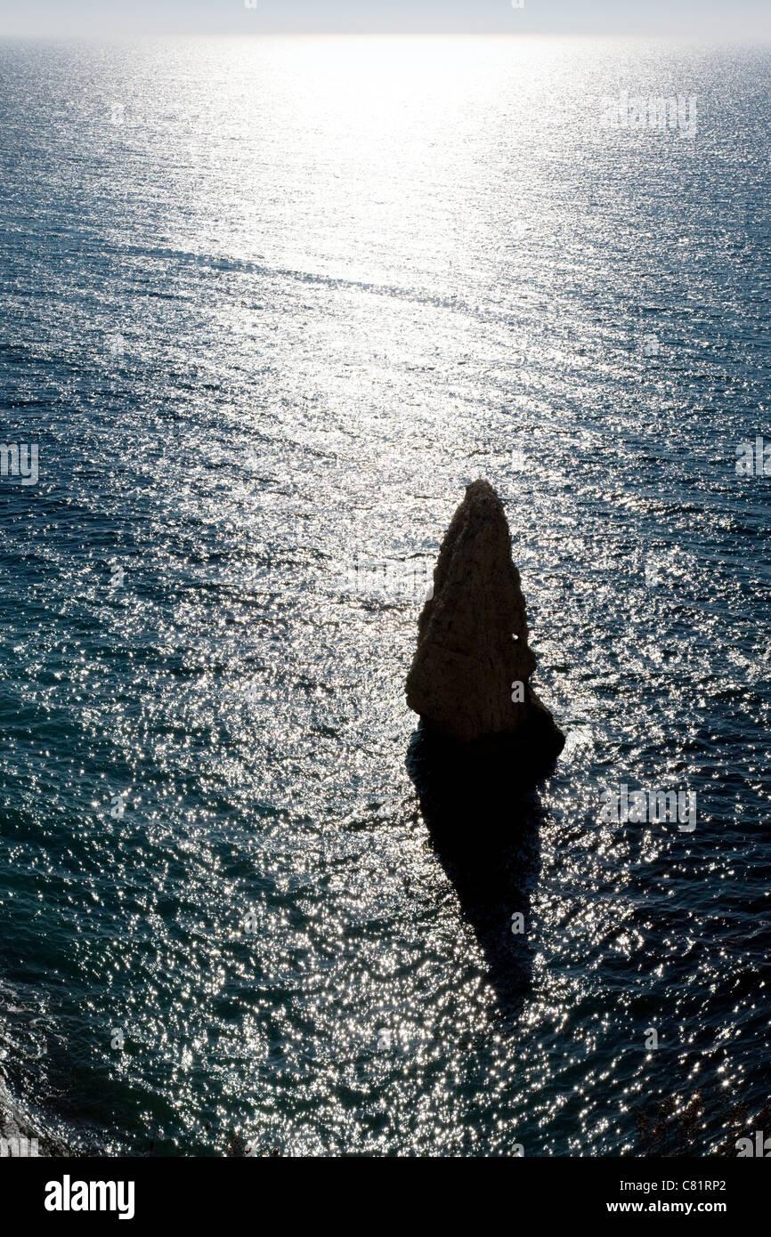 Pile de craie avec petit trou près de Durdle Door sur la côte du Dorset avec au-delà de la mer bruni Photo Stock