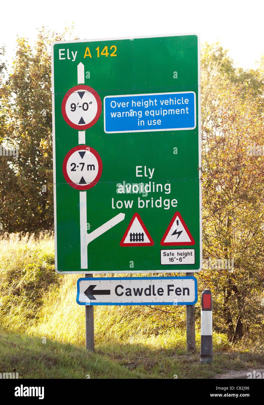 Avertissement signe de restrictions relatives à la taille de l'avant pont faible Photo Stock