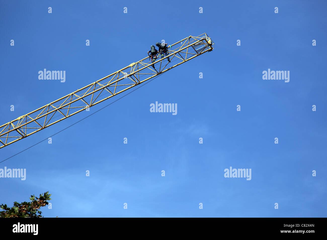 Dans les airs deux pompiers de la montée d'une échelle d'incendie Banque D'Images