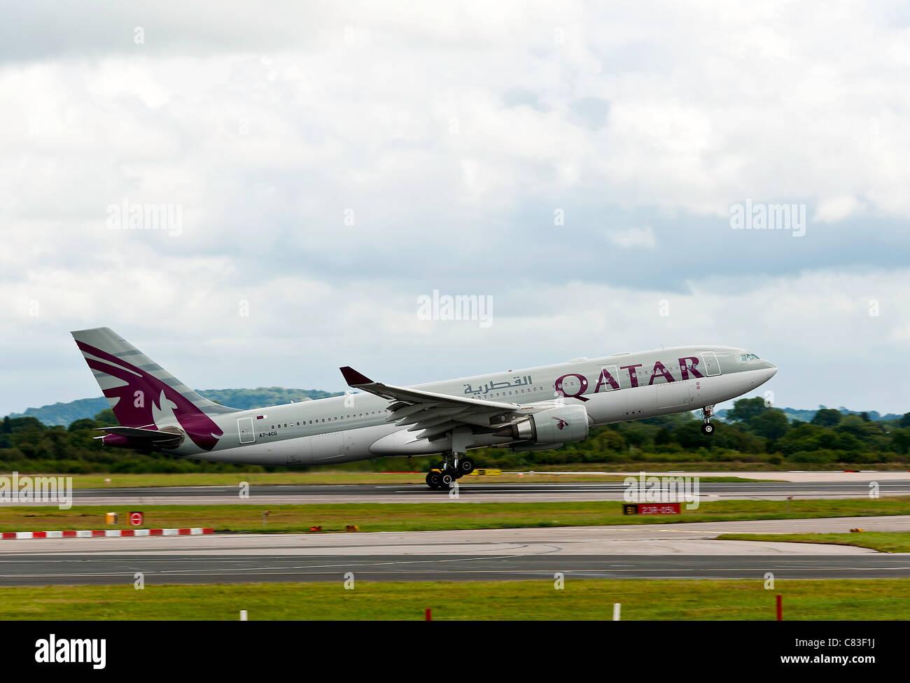 Qatar Airways Airbus A330-202 A7-avion de décoller pour Doha de l'Aéroport International de Manchester en Angleterre Royaume-Uni Banque D'Images