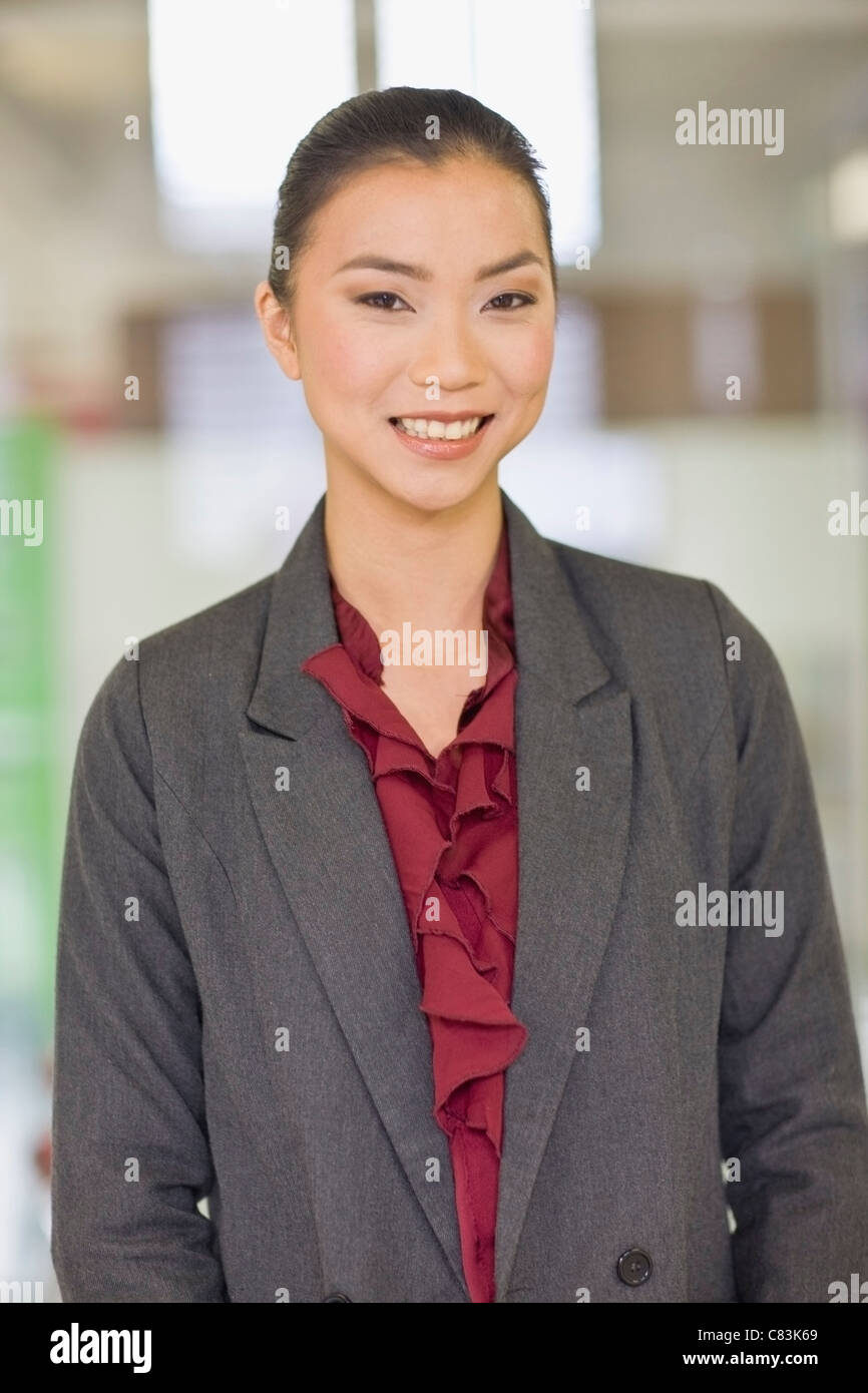 Businesswoman smiling in office Banque D'Images