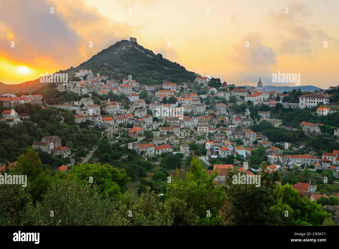 Lever du soleil sur la ville de Lastovo, Croatie Photo Stock