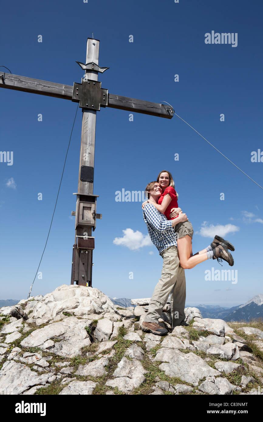 Couple hugging sur une colline rocheuse Photo Stock
