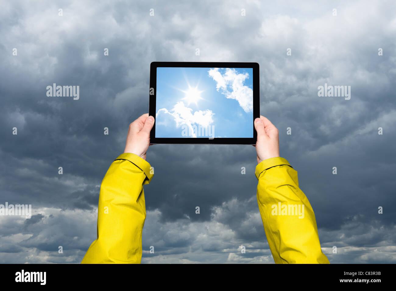 Visualisation de l'enfant tempête sur tablet computer Photo Stock
