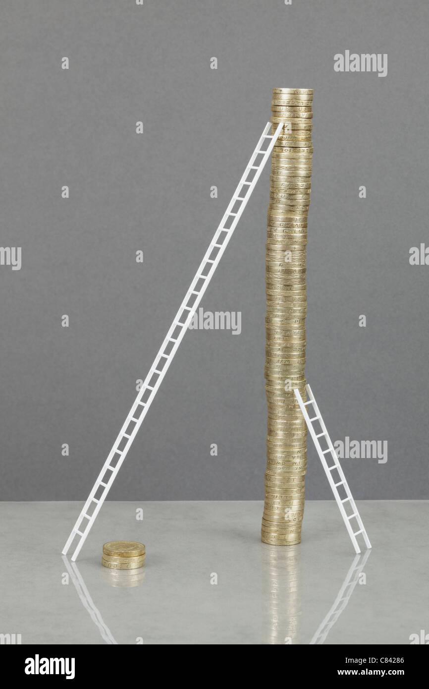Les échelles s'appuyant sur pile de pièces Photo Stock