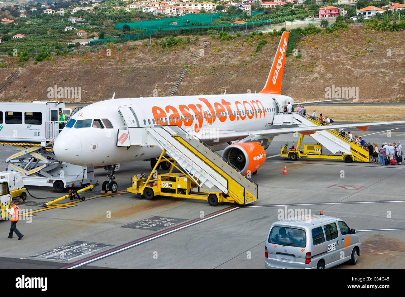 Les passagers d'EasyJet avion à l'aéroport de Funchal Madeira Portugal Europe de l'UE Photo Stock